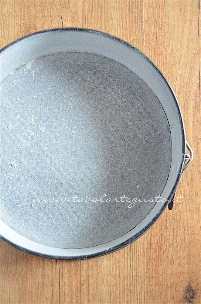 Imburrare e infarinare la teglia - Ricetta Pan di Spagna