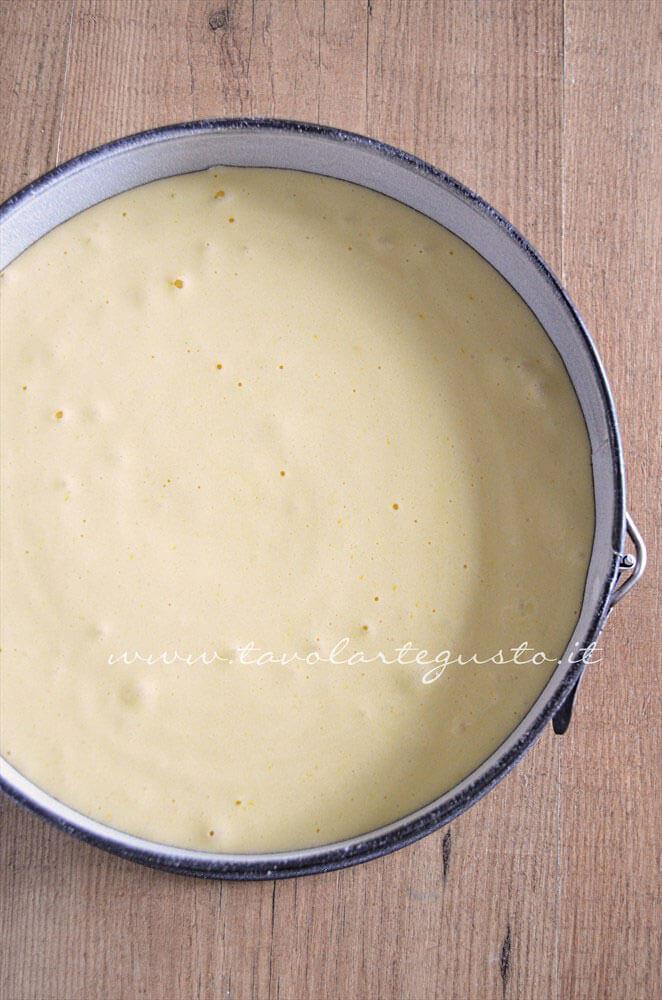 Versare l'impasto nella teglia - Ricetta Pan di Spagna