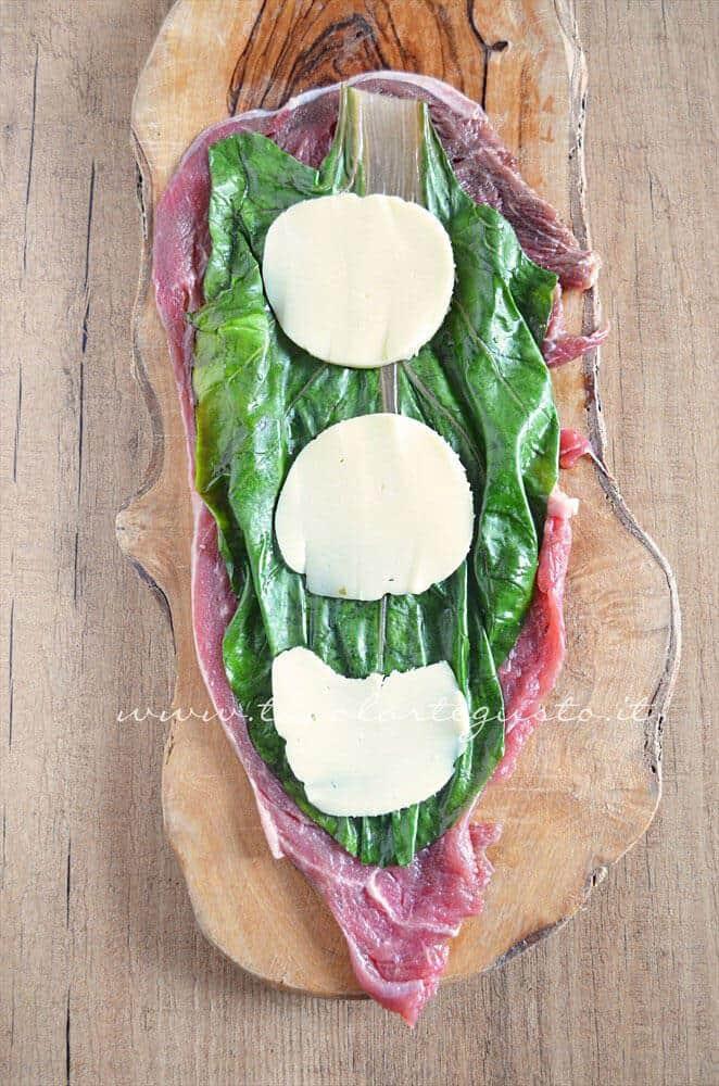 Aggiungere la scamorza - Ricetta Involtini di carne con bietola e scamorza