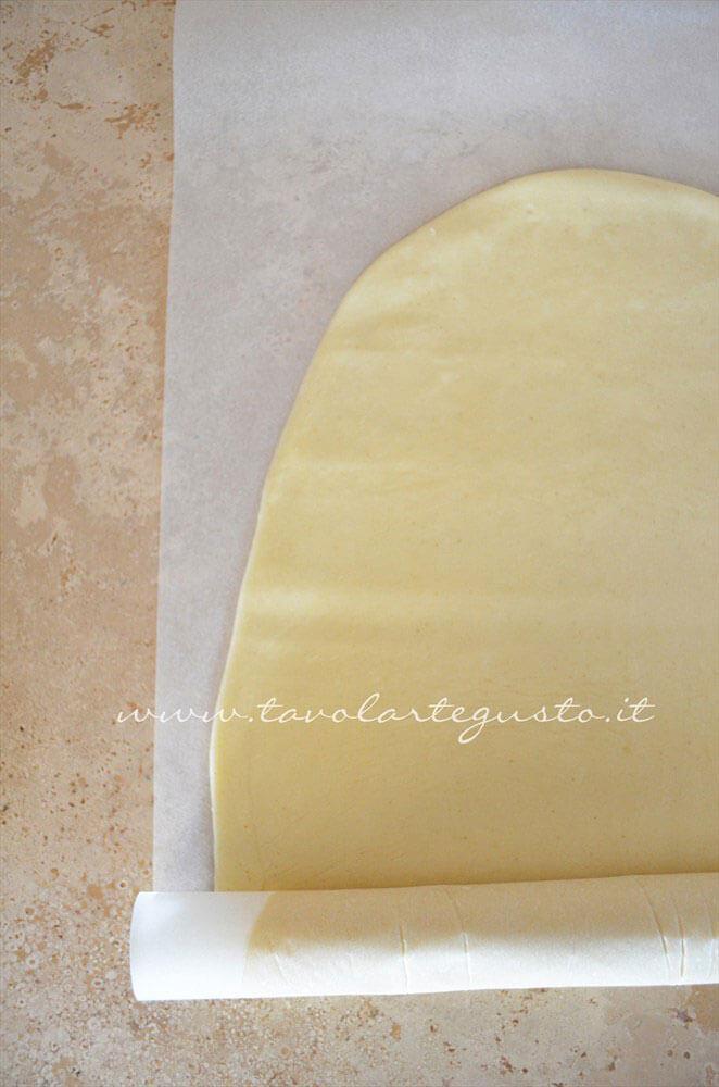 Arrotolare la Pasta Brisee nella carta da forno - Ricetta Pasta Brisee