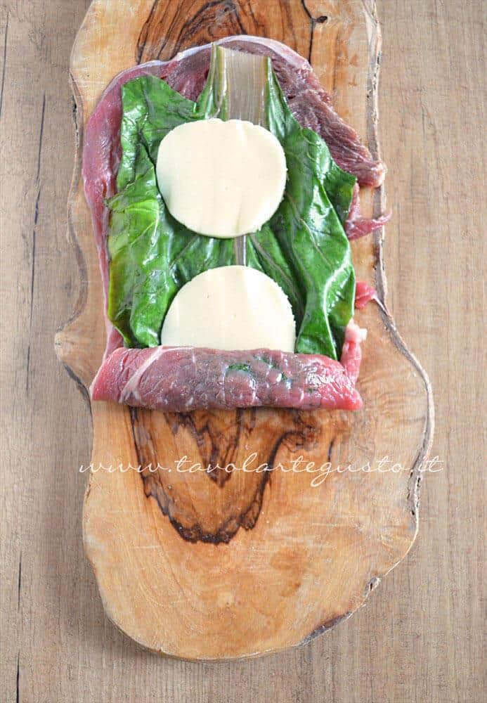 Avvolgere la fettina - Ricetta Involtini di carne con bietola e scamorza