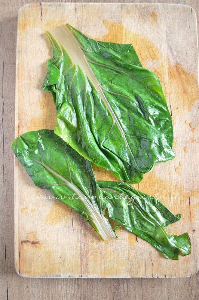 Le foglie di bietola appena scottate - Ricetta Involtini di carne con bietola e scamorza