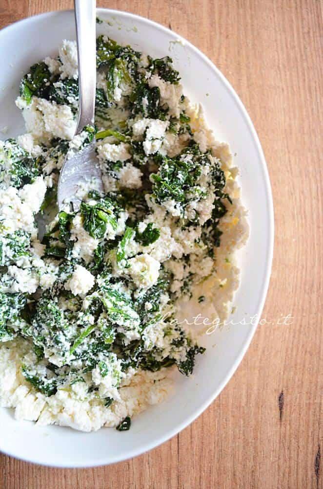 Mescolare la ricotta agli spinaci - Ricetta Torta ricotta e spinaci (senza uova)