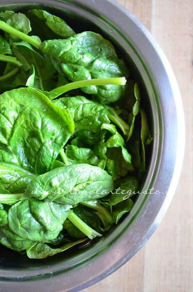 Sbollentare  gli spinaci - Ricetta Torta ricotta e spinaci (senza uova)