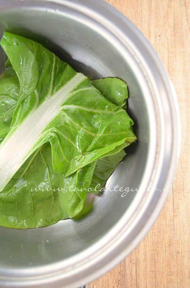 Scaldare la bietola - Ricetta Involtini di carne con bietola e scamorza