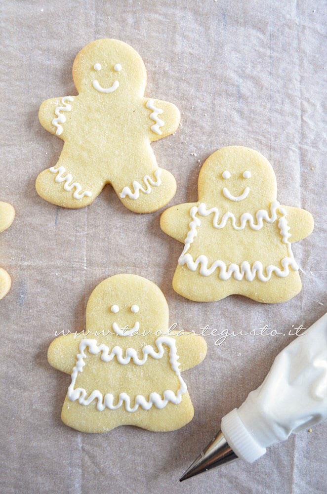 Biscotti Femminucce di Natale decorate in Ghiaccia 2 -Ricetta Biscotti natalizi decorati - Biscotti di natale decorati