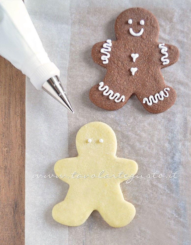 Biscotti Omini di Natale decorati in Ghiacchia 1- Ricetta Biscotti natalizi decorati - Biscotti di natale decorati