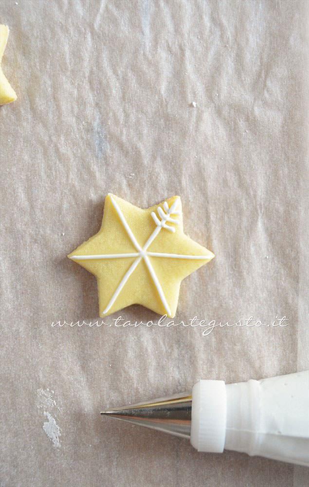Biscotti a forma di Pacchetto Regalo decorato in Ghiaccia 1  -Ricetta Biscotti natalizi decorati - Biscotti di natale decorati