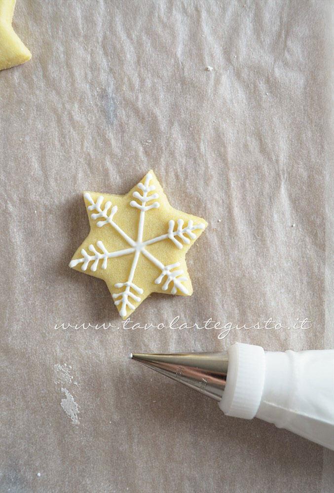 Biscotti Stella di Natale decorata in Ghiaccia 2-Ricetta Biscotti natalizi decorati - Biscotti di natale decorati