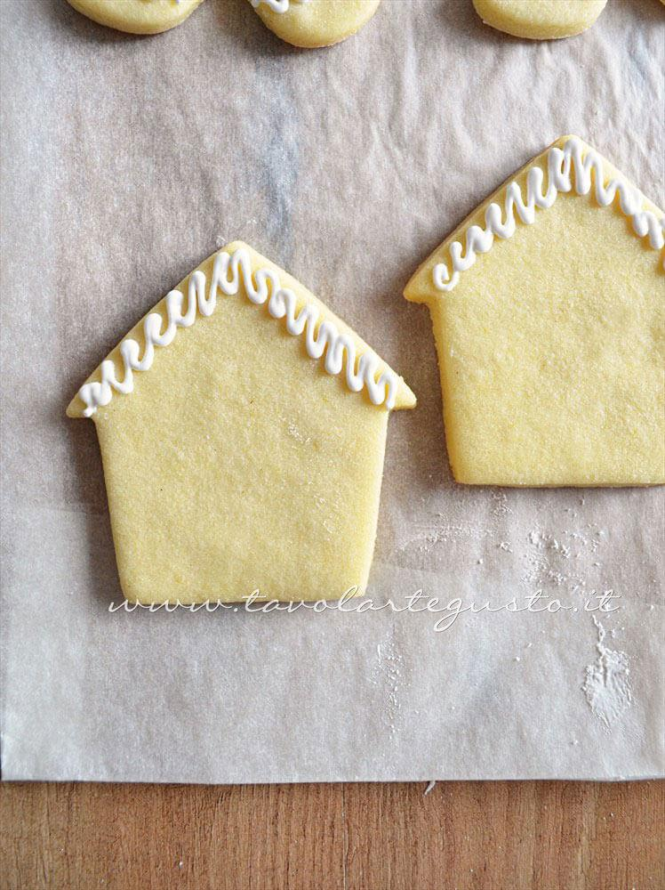 Biscotti a forma di Casetta di Natale decorata in Ghiaccia 1 - Ricetta Biscotti natalizi decorati - Biscotti di natale decorati