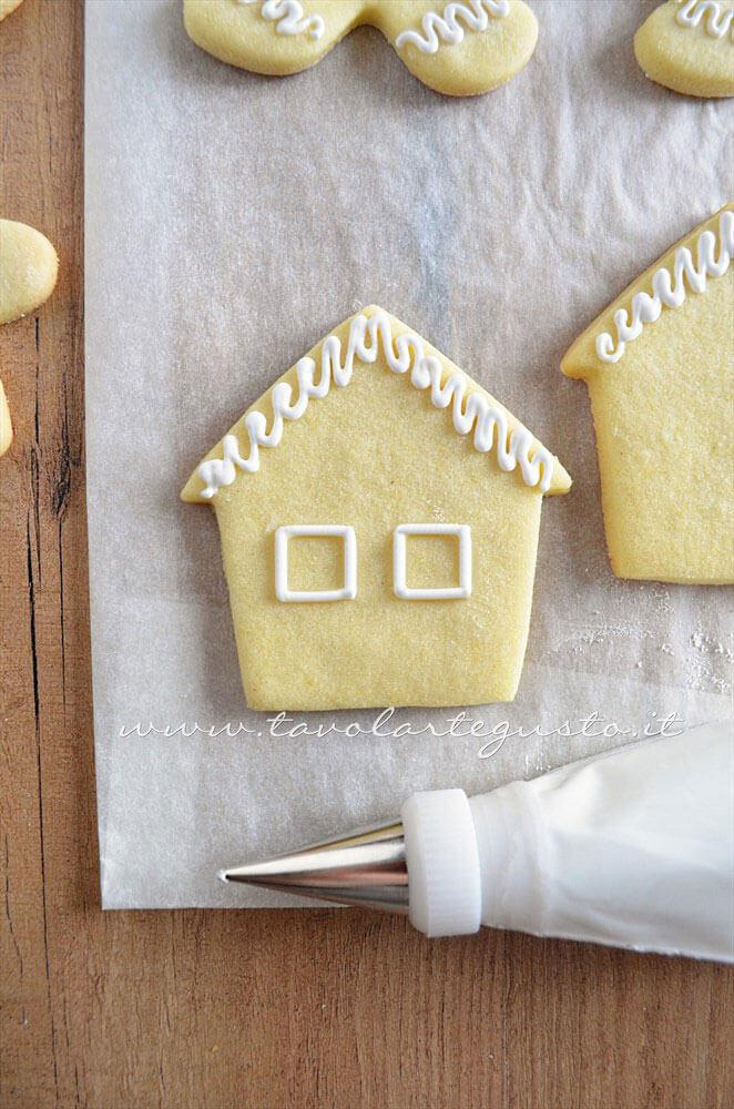 Biscotti a forma di Casetta di Natale decorata in Ghiaccia 2 - Ricetta Biscotti natalizi decorati - Biscotti di natale decorati