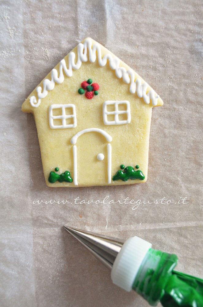 Biscotti a forma di Casetta di Natale decorata in Ghiaccia 4 - Ricetta Biscotti natalizi decorati - Biscotti di natale decorati