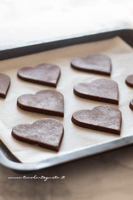 I Biscotti di pasta frolla al cacao pronti per la cottura - Ricetta pasta frolla al cacao