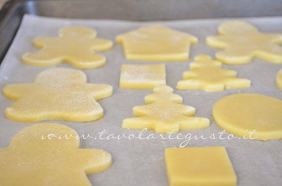 Infornare i biscotti - Ricetta Biscotti natalizi decorati - Biscotti di natale decorati