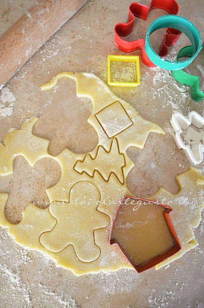 Intagliare i Biscotti - Ricetta Biscotti natalizi decorati - Biscotti di natale decorati