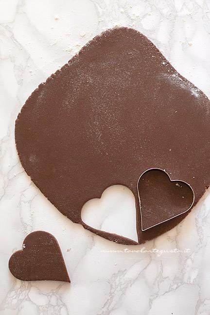Intagliare i biscotti al cacao - Ricetta pasta frolla al cacao