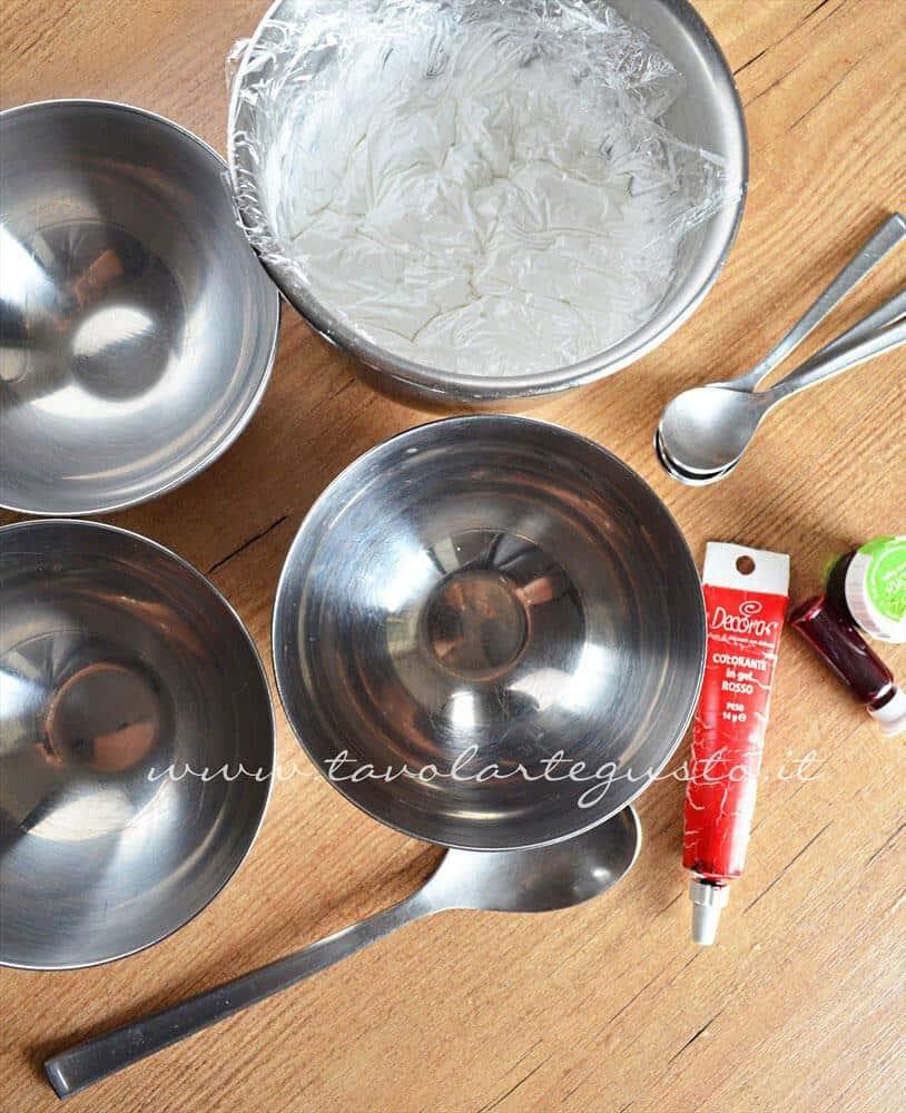 Preparare le ciotole per la colorazione della ghiaccia -Ricetta Ghiaccia Reale (Royal Icing)
