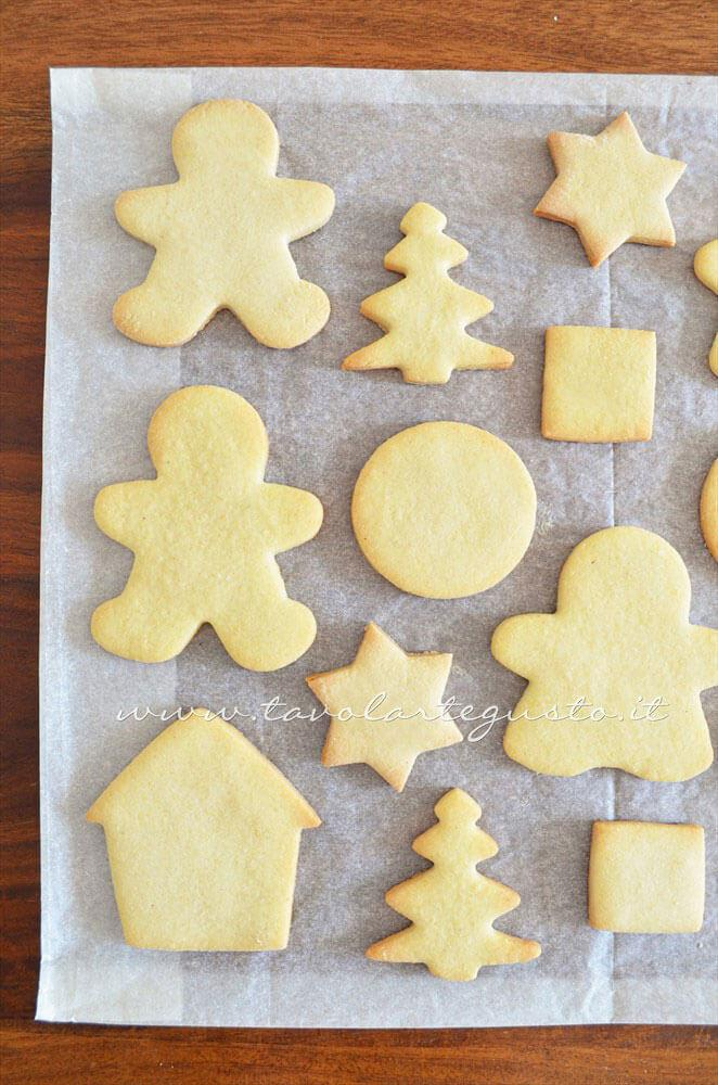 Sfornare e far raffreddare i Biscotti2 - Ricetta Biscotti natalizi decorati - Biscotti di natale decorati