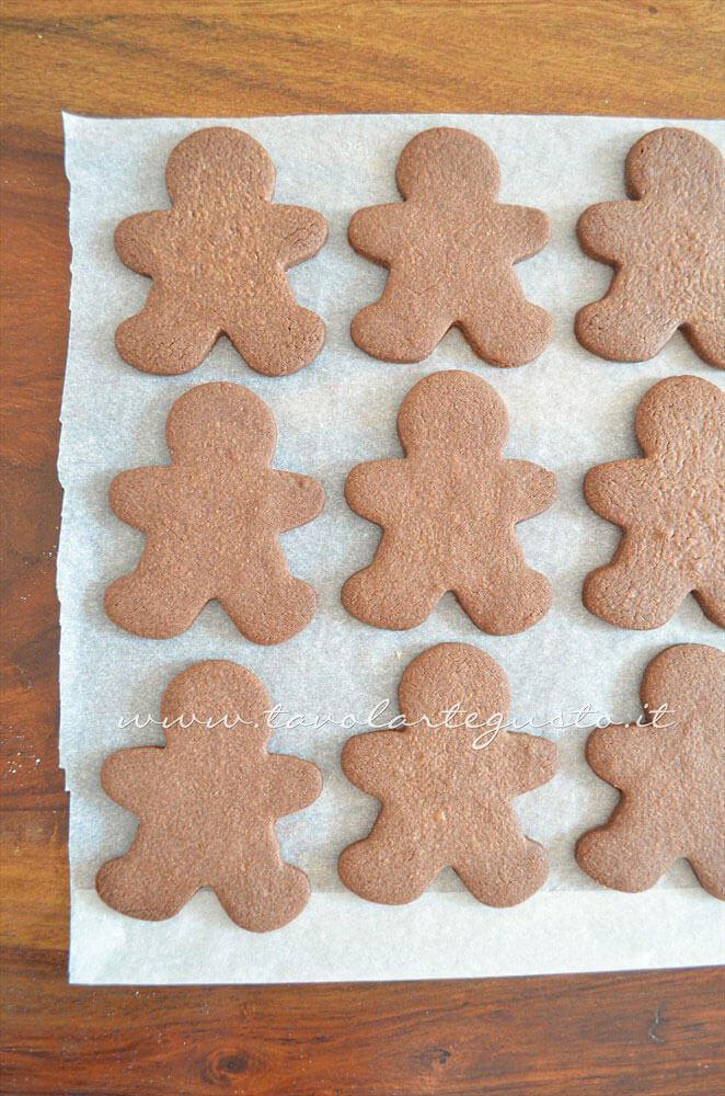 Sfornare e far raffreddare i biscotti1 - Ricetta Biscotti natalizi decorati - Biscotti di natale decorati