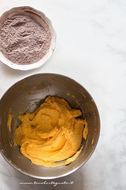 setacciare farina, cacao e vaniglia - montare burro, zucchero e uova - Ricetta pasta frolla al cacao