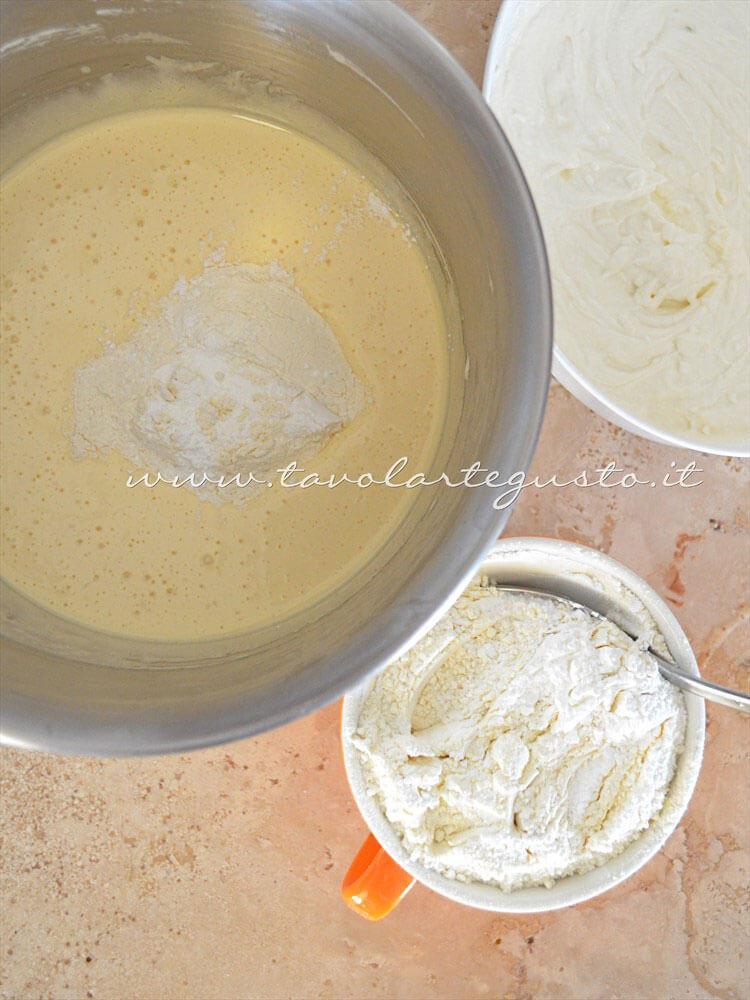 Aggiungere 2 cucchiai di farina - Ricetta Torta ricotta e cioccolato