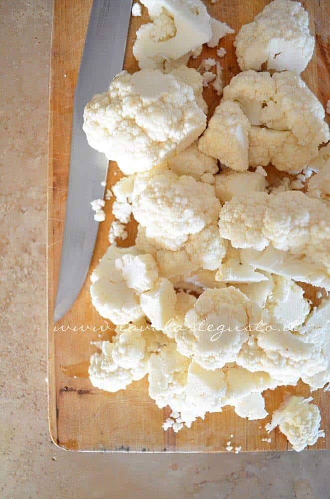 Tagliare il cavolfiore a pezzetti - Ricetta Zuppa di cavolfiore