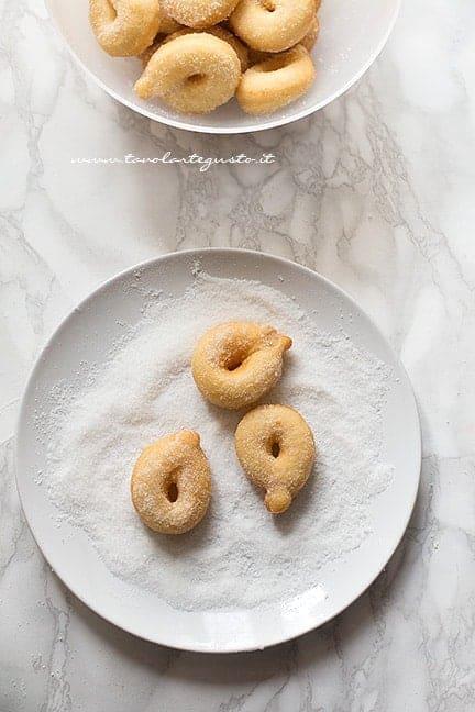 rotolare le zeppole fritte nello zucchero - Ricetta Zeppole dolci di patate