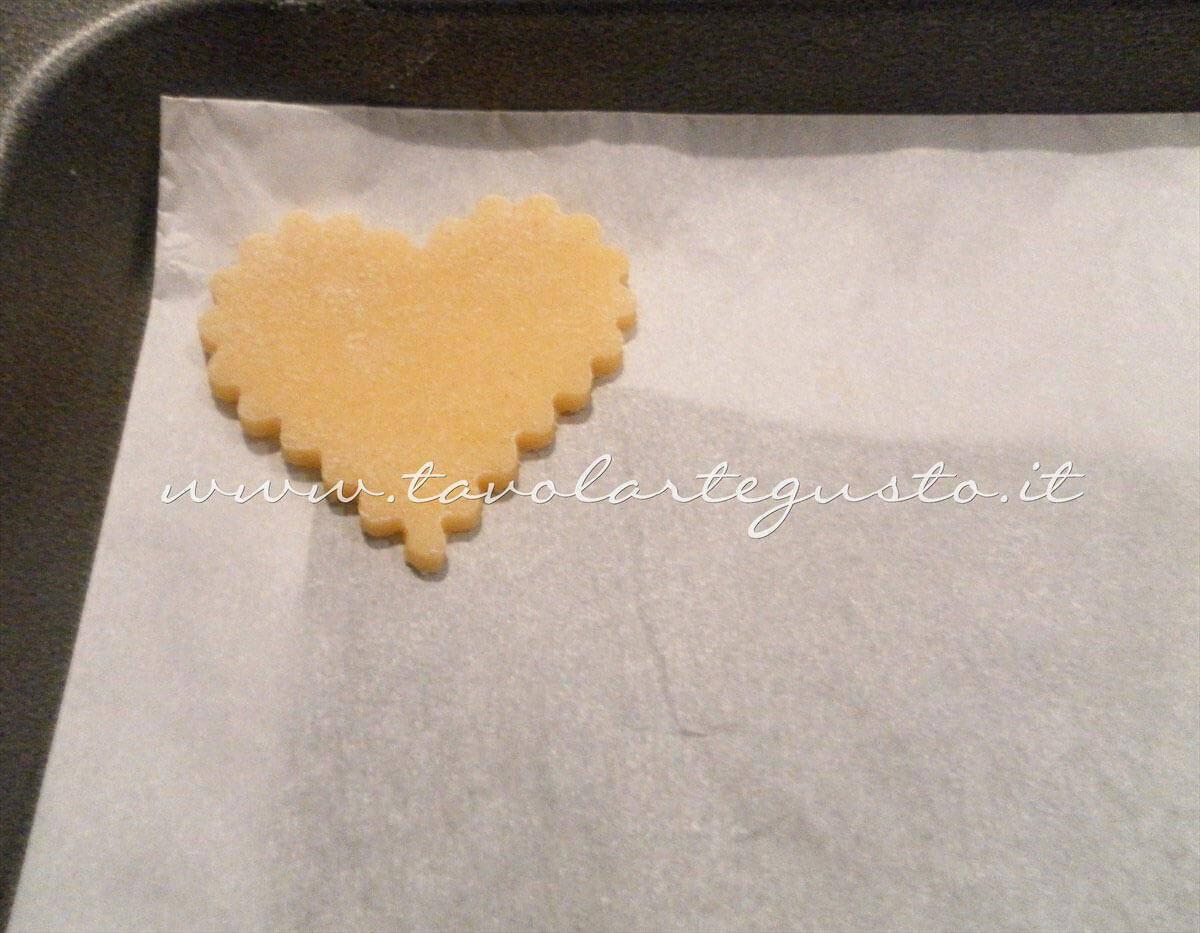 Adagiare i biscotti in teglia - Ricetta di Biscotti San Valentino decorati