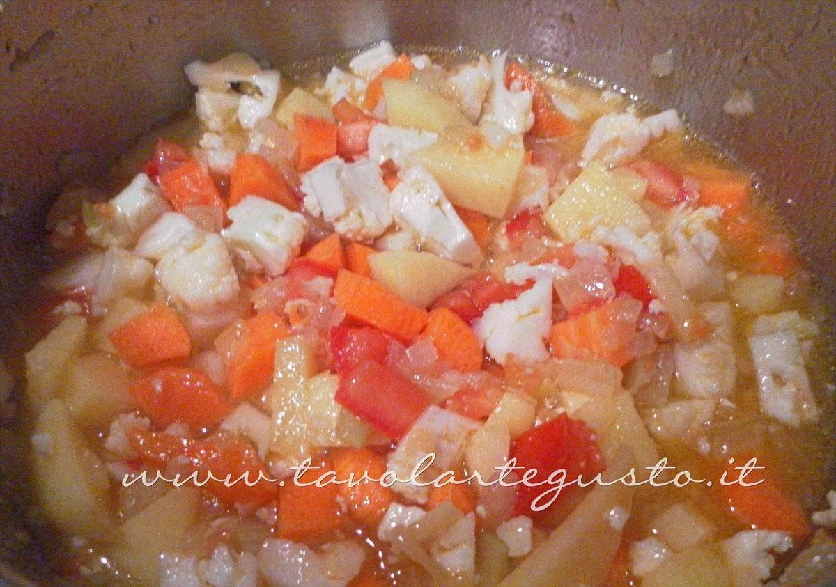 Aggiungere al soffritto patate, cavolo, pomodori e carote - Ricetta Minestrone di Verdure - Zuppa di Verdure