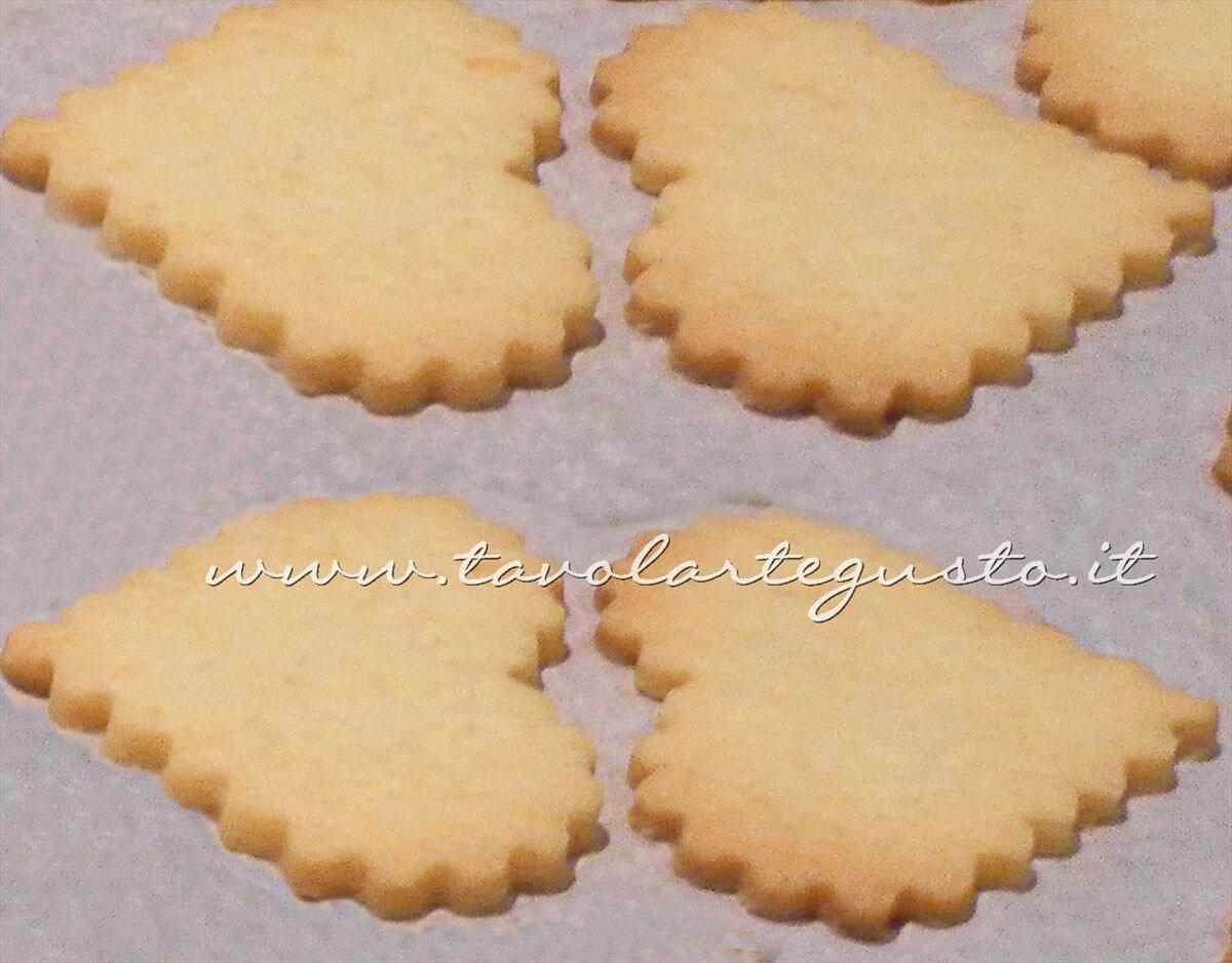 Biscotti di San Valentino appena sfornati -Ricetta di Biscotti San Valentino decorati