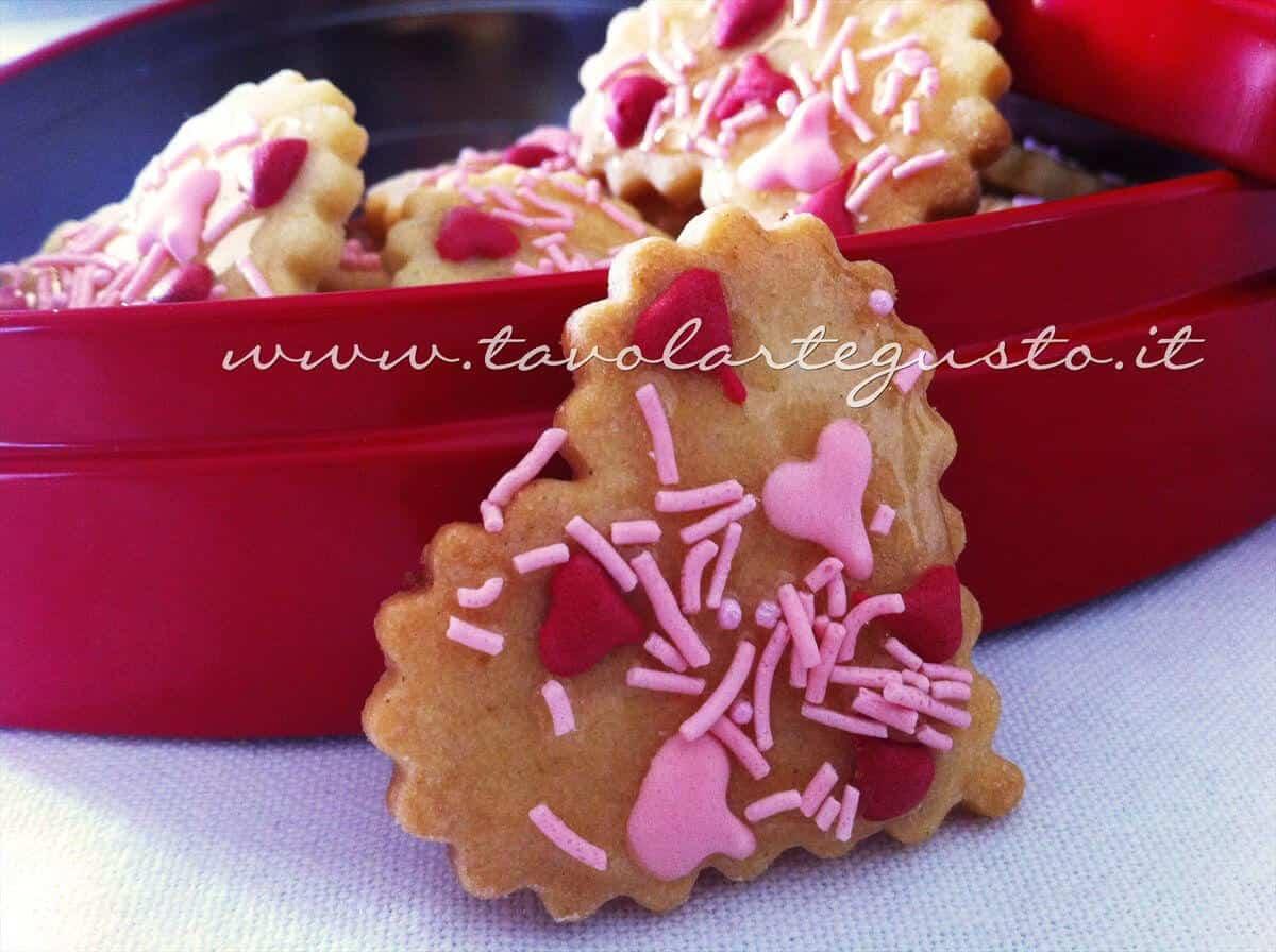 Biscotti di San Valentino decorati - Ricetta di Biscotti San Valentino decorati.