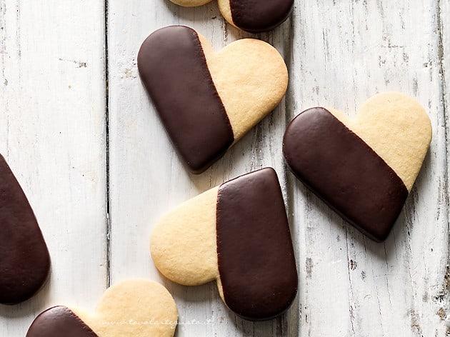Biscotti frolla e cioccolato - Ricetta Biscotti di pasta frolla e cioccolato-