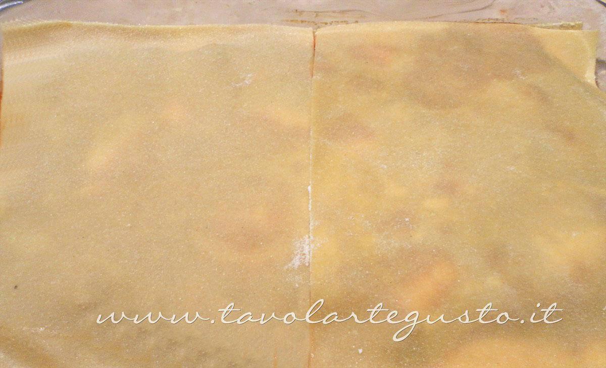 Coprire con uno strato di lasagne all'uovo -Ricette Lasagne napoletane