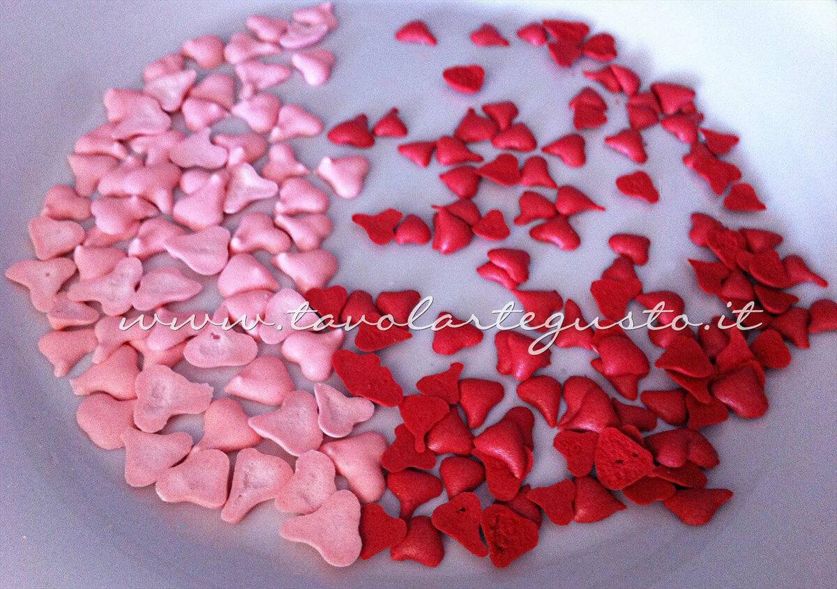 Cuoricini di zucchero in ghiaccia reale per decorare i Biscotti di San Valentino - Ricetta Biscotti di San Valentino decorati