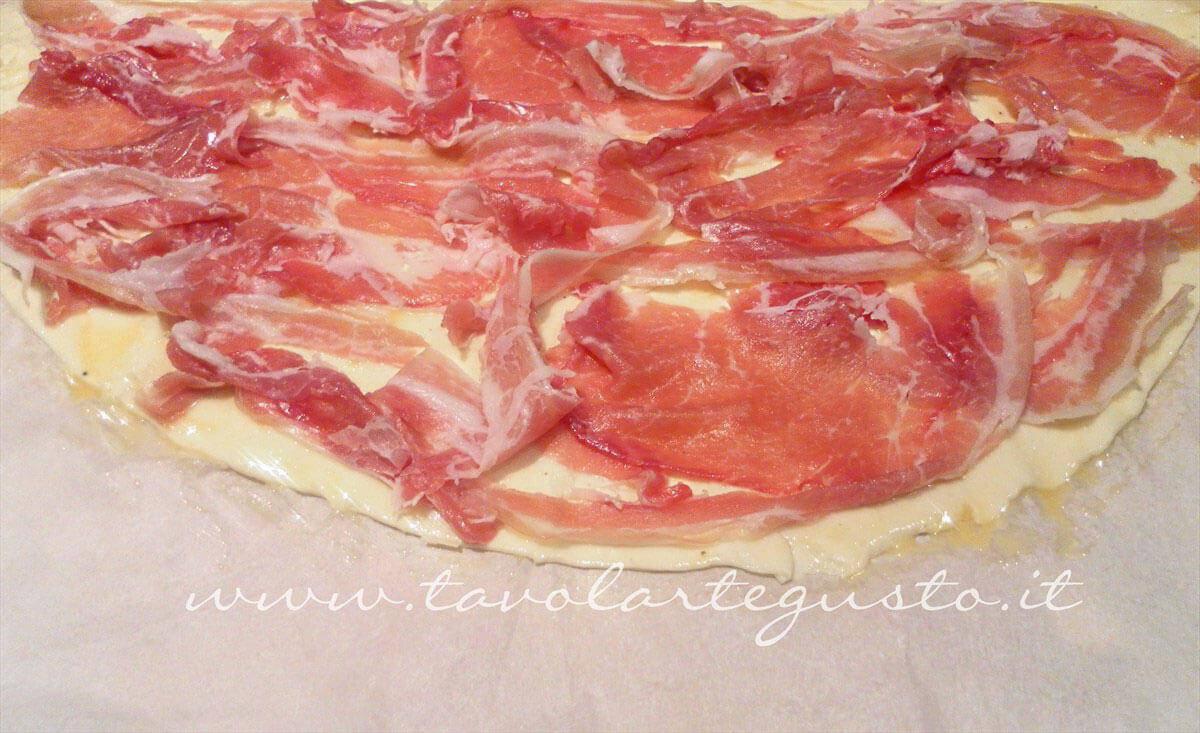 Distribuire la pancetta coppata sulla pasta sfoglia - Ricetta Sfogliatine di coppa (pancetta coppata)