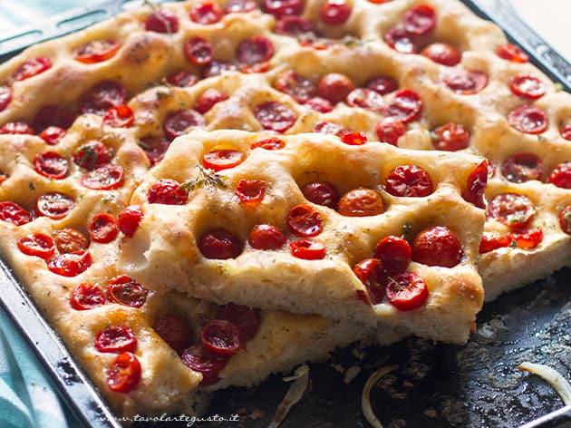 Focaccia pugliese - ricetta Focaccia pugliese con pomodorini-