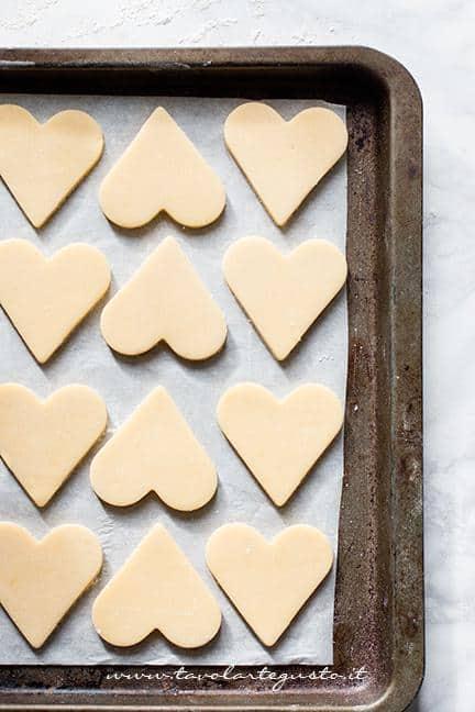 I biscotti pronti per essere infornati - Ricetta Biscotti frolla e cioccolato