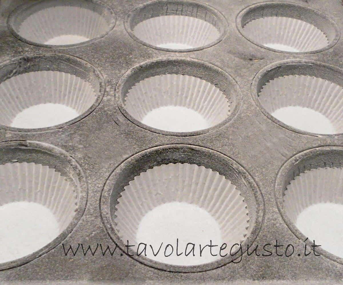 Inserire i pirottini nella teglia - Ricetta Muffin al cioccolato gianduia