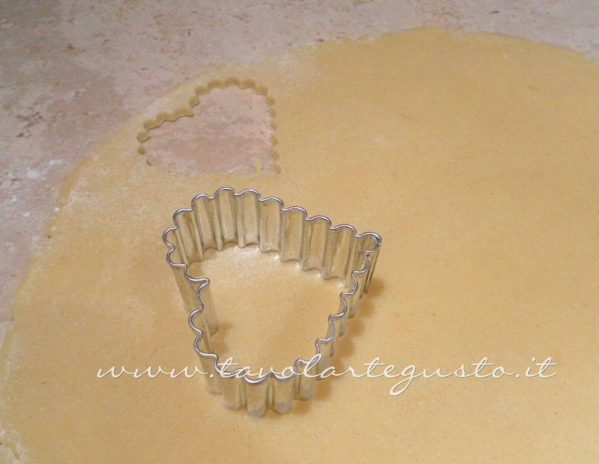 Intagliare i biscotti - Ricetta di Biscotti San Valentino decorati