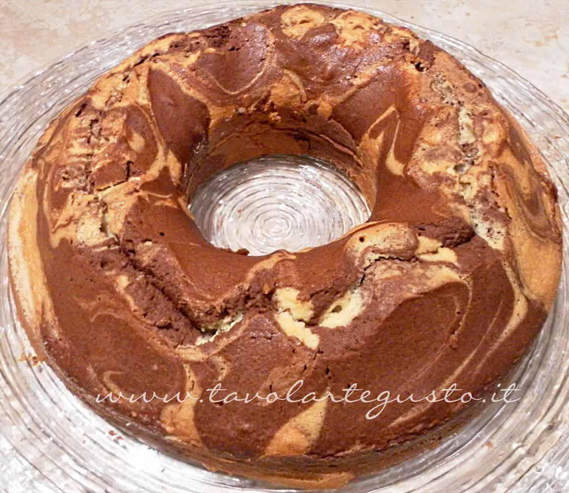 Marble Cake appena sfornata - Ricetta Marble Cake con glassa al cioccolato