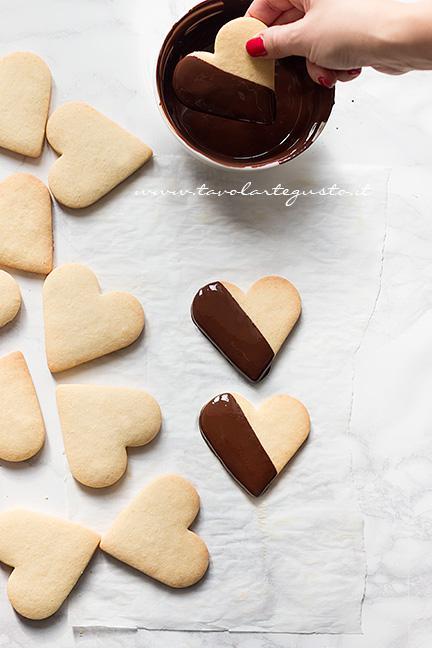 Ricoprire metà biscotto di pasta frolla con cioccolato fuso , Ricetta Biscotti  frolla e cioccolato