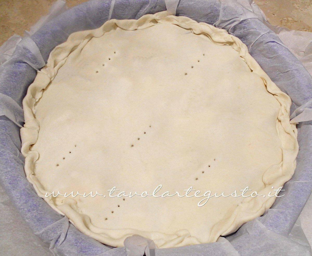 Rifinire i bordi della torta salata - Ricetta Torta salata con Carciofi