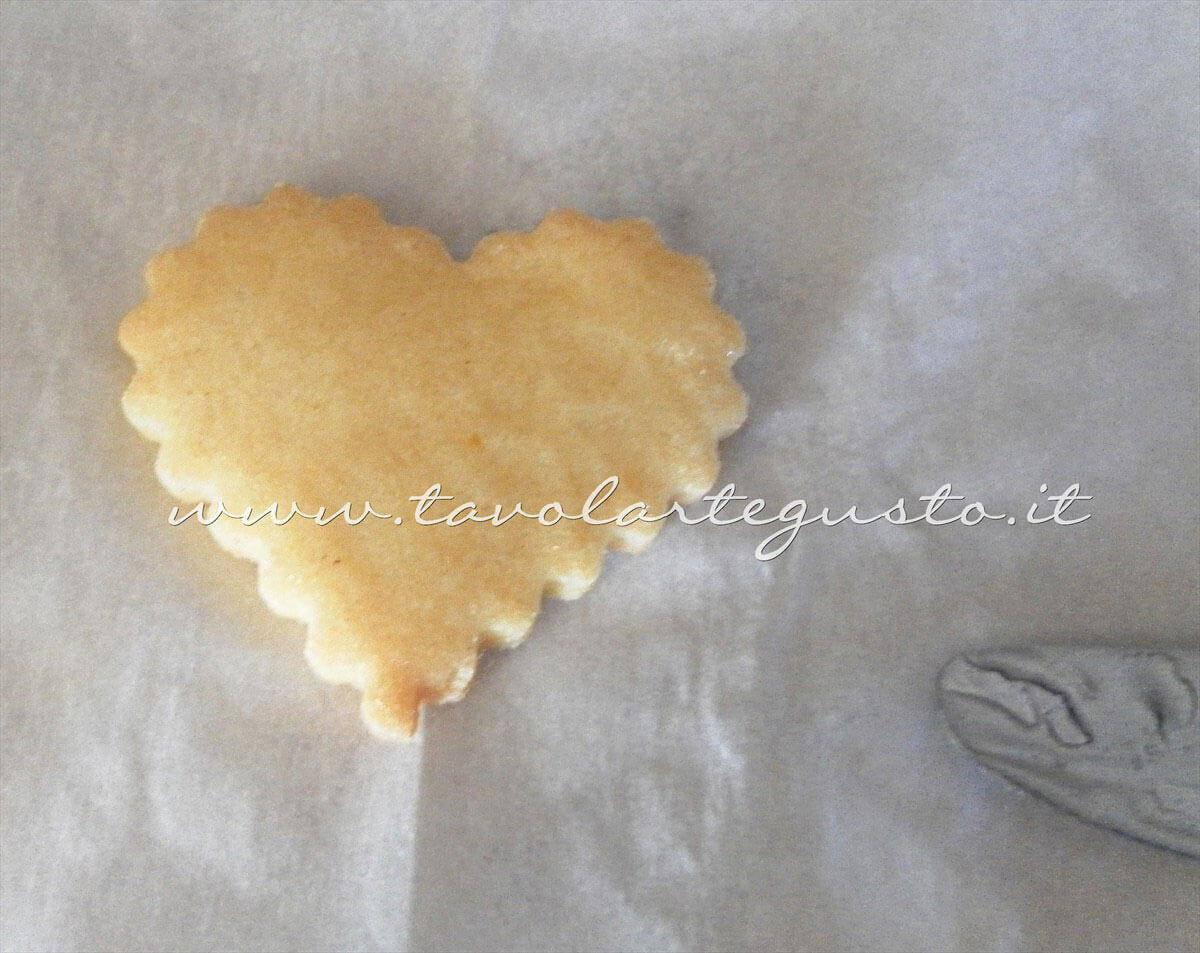 Spalmare il miele sui Biscotti - Ricetta di Biscotti San Valentino decorati