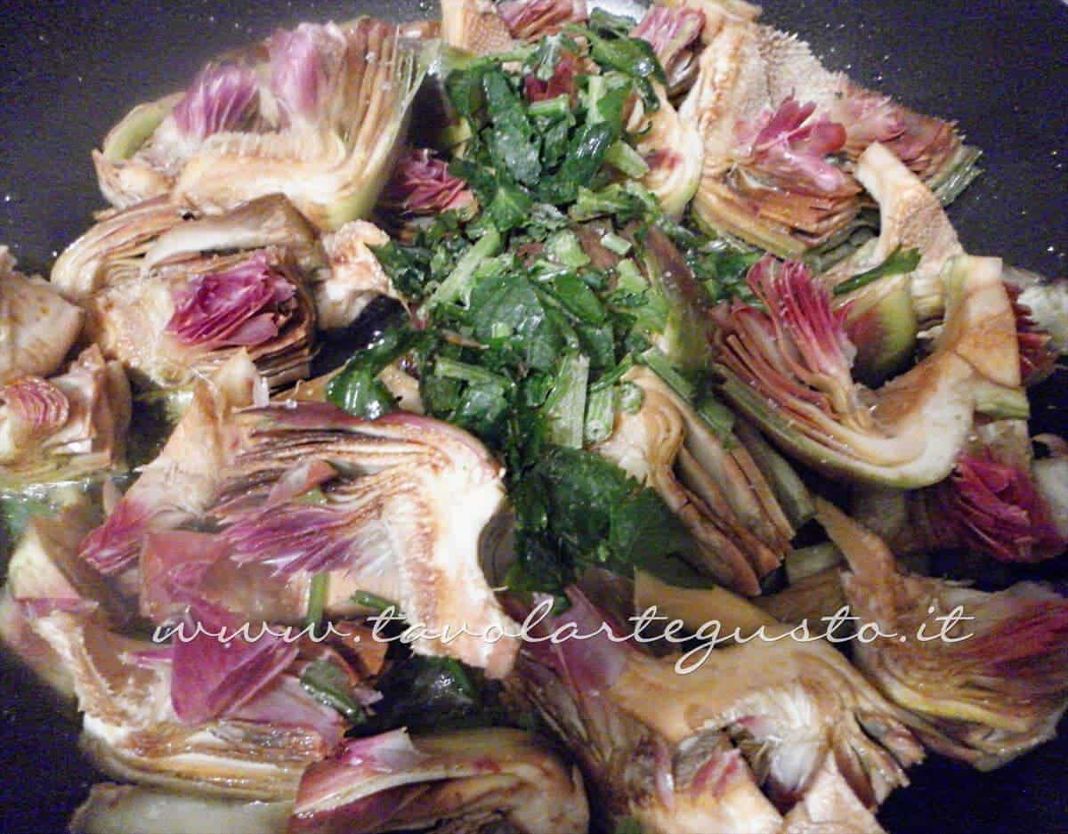 Stufare i carciofi in padella - Ricetta Torta salata con Carciofi