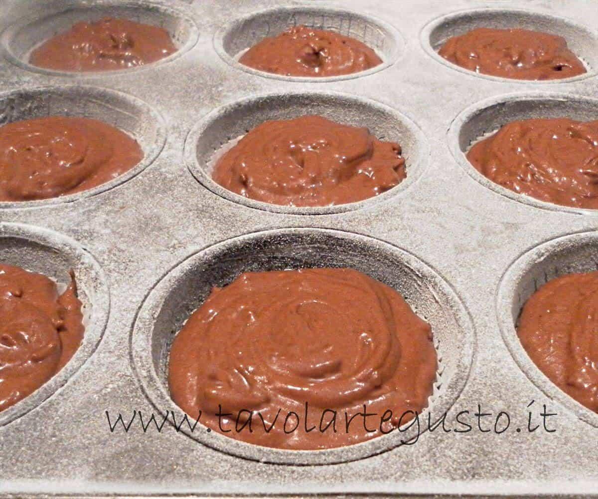 Versare l'impasto nei pirottini - Impasto per Muffin al cioccolato gianduia 1 - Ricetta Muffin al cioccolato gianduia