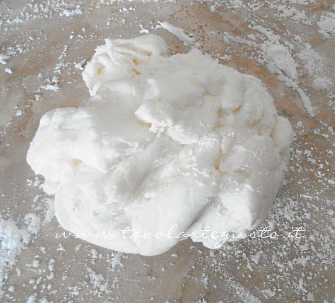 Adagiare la pasta di zucchero su una spianatoia splverata di zucchero a velo - Ricetta Pasta di Zucchero - Glassa Fondente