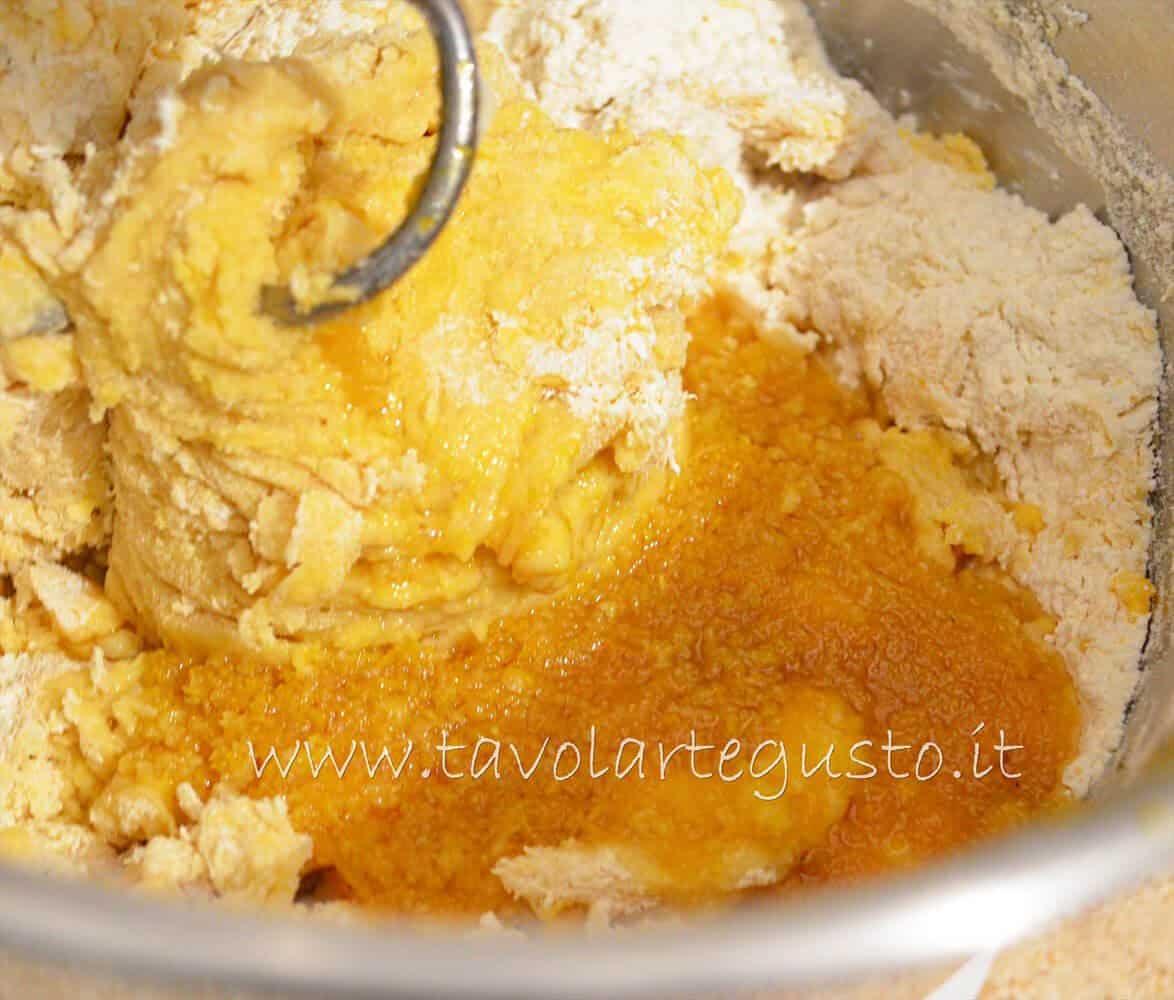 Aggiungere gli aromi - Pasta Brioche Ricetta - Brioches dolci