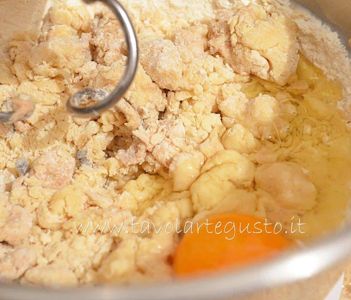 Aggiungere le uova uno alla volta - Pasta Brioche Ricetta - Brioches dolci