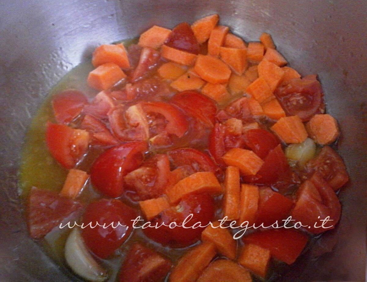 Aggiungere pomodori e carote in pentola con aglio dorato - Ricetta Vellutata lenticchie rosse