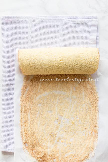 Arrotolare la pasta biscotto staccandola piano piano dalla carta da forno - Ricetta Pasta Biscotto